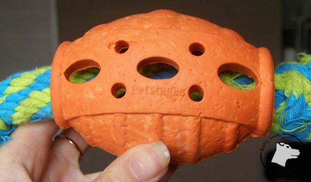 Test zabawki Petstages: gumowe rugby ze sznurem