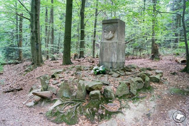 Łysica obelisk Żeromskiego
