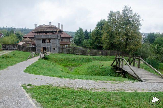 Osada Średniowieczna - widoczne wejście