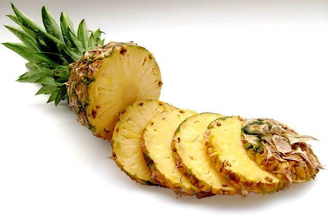 czy pies może jeść ananasa